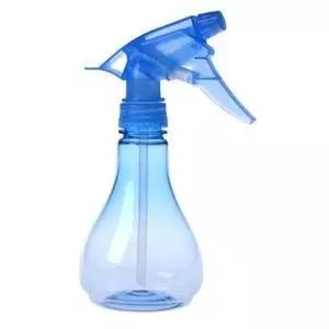 用喷雾瓶,洒在感染了病菌、细菌的叶子上,正反面要全都打湿才能有效。