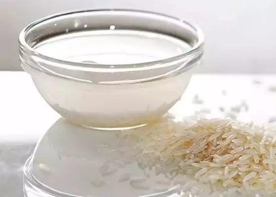 这时候就可以用苏打除臭,只要撒进去1~3茶匙即可。