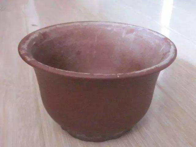 有时候,花盆会粘上很多的污渍,清洗不掉。可以在水里放进去1茶匙小苏打,然后浸泡一会儿,进行搓洗即可。