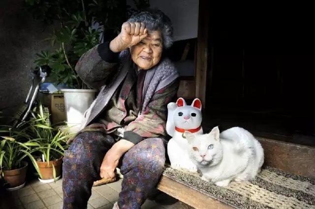 奶奶假装自己是一直猫, 和我像不像?