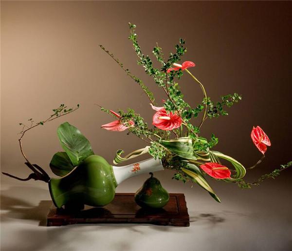 倾斜的花瓶